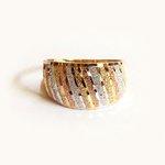 Anel em ouro 18k tricolor com detalhes em diagonal e aro duplo