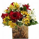 Arranjo de Rosas Vermelhas com Astromélias Amarelas
