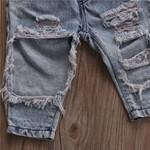 Cropped preto e calça jeans rasgada