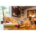 Escultura de Gato Agachado em Madeira M