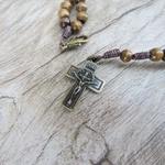 Pulseira terço madeira 4mm com Cruz de São Bento -MARROM