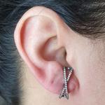 Brinco Ear Hook Semi Joia Kenia Ródio Negro Branco