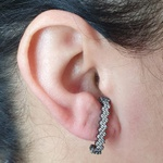 Brinco Ear Hook Semi Joia Lara Ródio Negro Branco