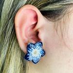 Brinco Folheado a Ouro 18K Flor Esmaltada Azul