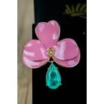 Brinco orquídea resinado com gota na esmeralda colombiana pendurada no banho de ouro 18k.