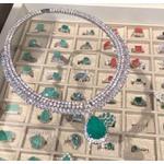 Colar Luxo volta toda cravejada com micro zircônias cristais, gota pendurada Esmeralda Colombiana no Banho de Ródio