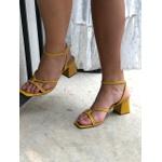 Sandália amarela em couro Donna Clô