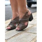 Sandália couro marrom Donna Clô