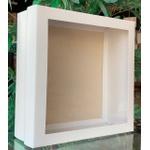 Caixa quadrada na cor branco com detalhe na tampa transparente
