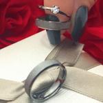 Alianças Amoblack - 4,5 mm - Namoro - Prata 950 - Ródio Negro - Diamantada - Anatômicas - Anel de brinde