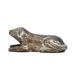 Escultura de Cachorro Deitado em Madeira P