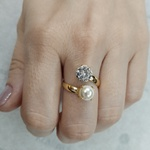 Anel 2 Pedras Semijoia Banho de Ouro 18K Zircônia e Pérola Ajustável