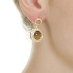 Brinco Redondo Semijoia Banho de Ouro 18K Pedra Natural Olho de Tigre Cravação de Zircônia