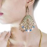 Brinco Longo Arabesco Oval Semijoia Banho de Ouro 18K Cristal Azul e Pérola