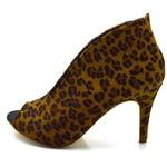 Sapato Scarpin Abotinado Salto Alto Fino em Couro Pelo de Onça Flor da Pele