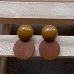 Brinco de Resina e Madeira Ocre - Dueto Redondo
