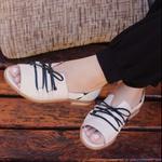 Sandália Salto Baixo Apego com Calcanhar Fechado Off White e Preto - 842-38