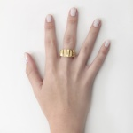 Anel linha comfort em ouro 18K amarelo com detalhe fosco e polido