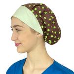 Touca de elástico - poá marrom com aba verde