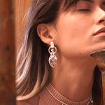 Brinco Deusas M Pérola Barroca Dourado | Coleção Guta Virtuoso