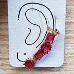 Brinco Médio Ear Cuff Pedra Fusion Dourado Vermelho