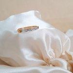 Anel em ouro 18k com detalhe em ouro branco e 3 diamantes sintéticos de 1,3mm