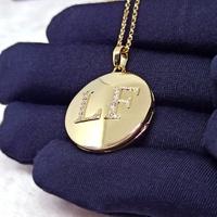 Relicário em Ouro 18k Redondo Com Duas Letras Cravejadas