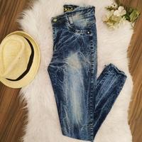 Calça Jeans Defiada na Cintura Mesclada
