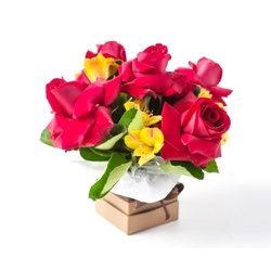 Arranjo Pequeno de Rosas Vermelhas e Astromelias -... - Bellas Cestas Online Salvador