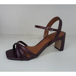 A sandália metalizada com frente quadrada e salto bloco torneado garante super conforto e sofisticação no seu look. Aposte!