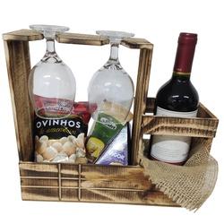 Porta vinho de madeira composto por vinho, petisco e queijos.