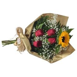 Ramalhete de rosas e girassol e caixa