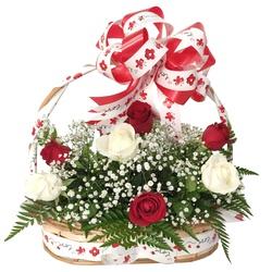 Cesta com 12 rosas vermelhas e brancas