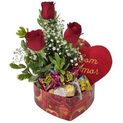 Caixa em formato de coração com arranjo de rosas vermelhas, pelúcia e chocolates