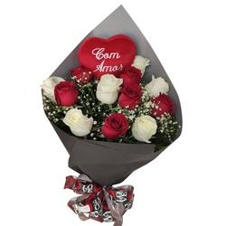 Buquê com 12 rosas vermelhas e brancas com coração de pelúcia