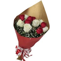 Buquê com 12 rosas vermelhas e brancas