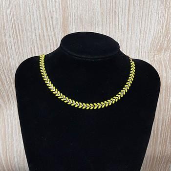 Colar Folheado Esmaltado Dourado Setas Verde