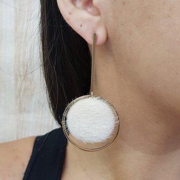 Brinco Maxi Círculo Pom Pom Dourado Off White