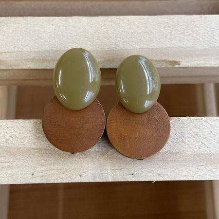 Brinco de Resina e Madeira Azeitona - Dueto Oval - Universo Bubblê