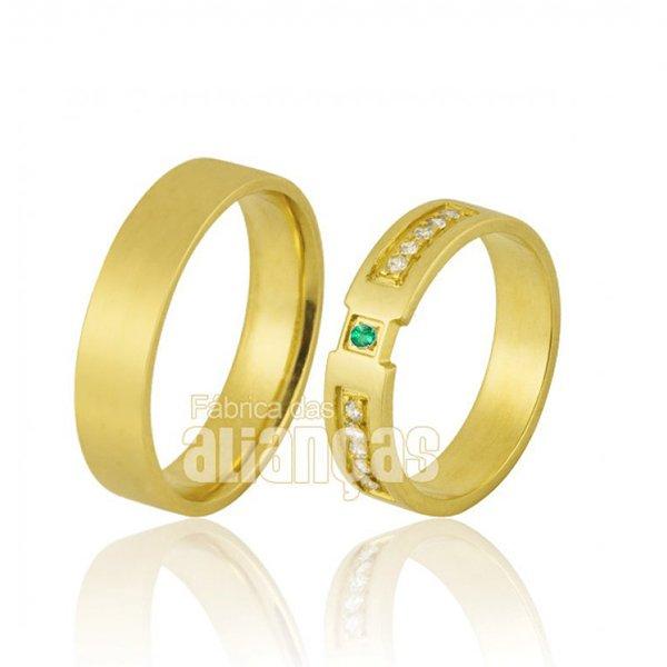 Alianças de Ouro com esmeraldas