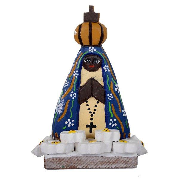 Escultura de Nossa Senhora na Base com Flores Brancas