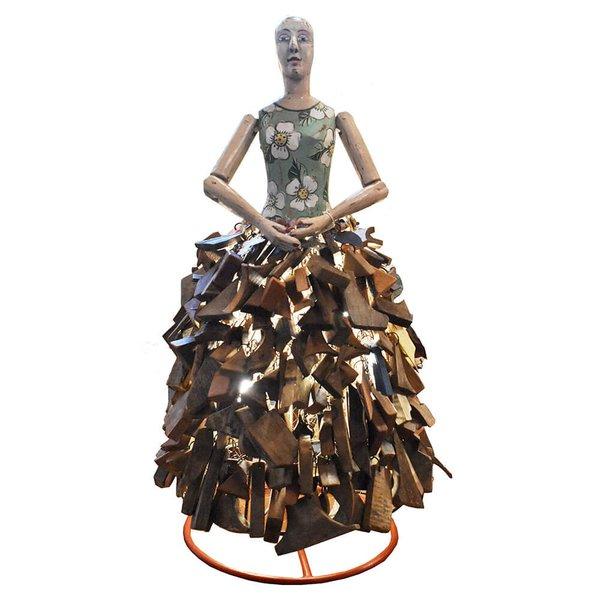 Luminária de Escultura Boneca com Saia de Retalhos de Madeira