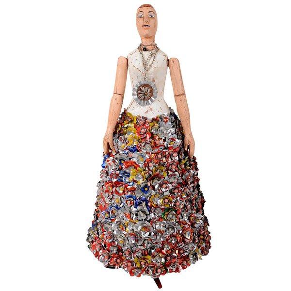 Luminária de Escultura Boneca com Saia de Flores em Lata