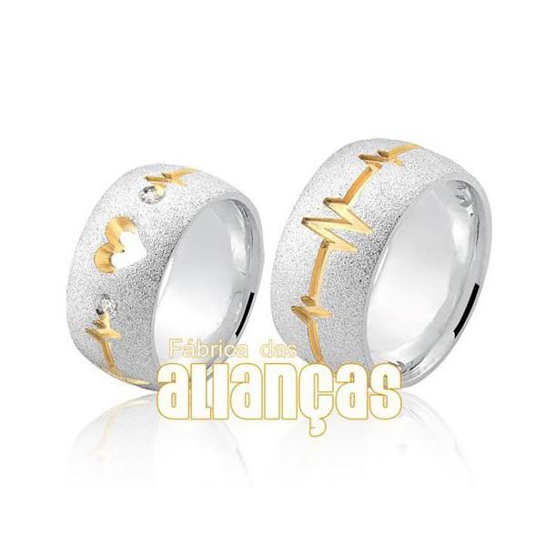 Aliança em prata com detalhes em coração banhado a ouro e pedras