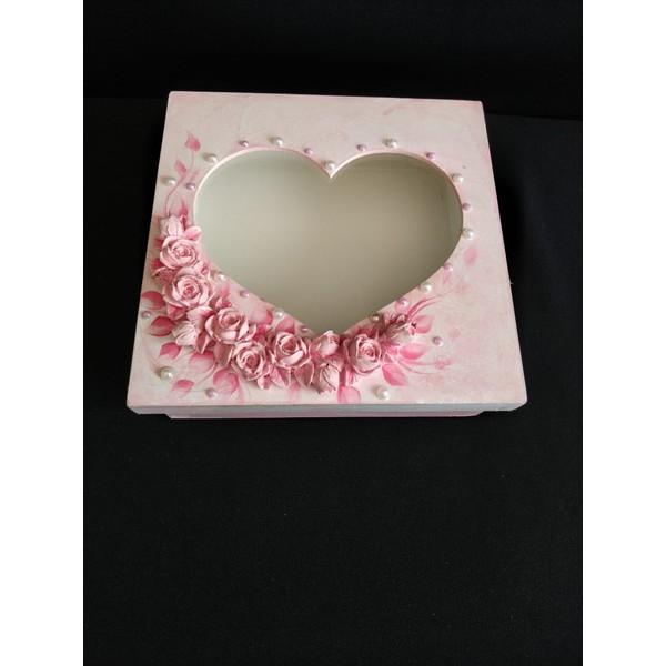 Caixa em Madeira com Coração em Vidro Rosa