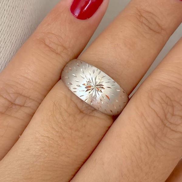 Anel de Ouro Branco 18K Abaulado com Detalhes Diamantados
