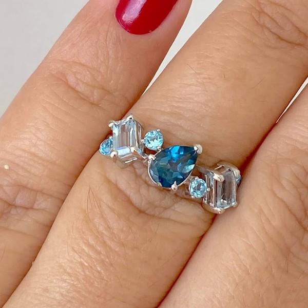 Anel de Ouro Branco 18K com Pedras de Topázios Azuis