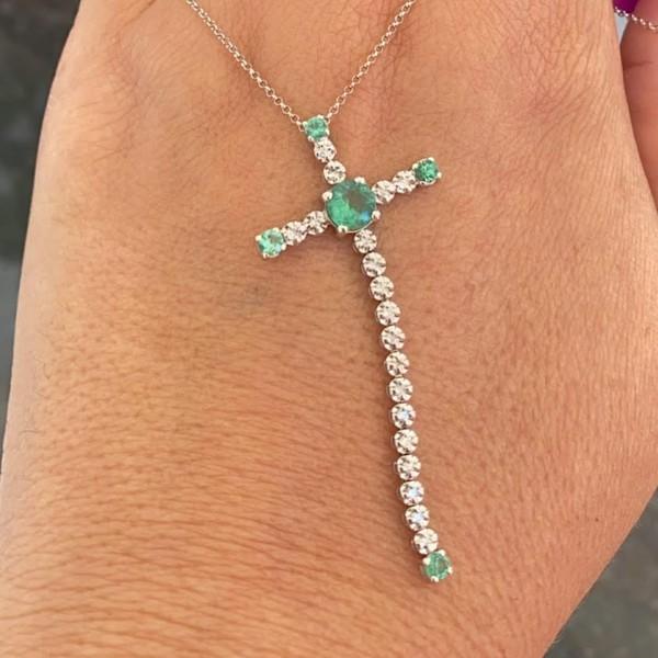 Gargantilha de Ouro Branco 18K Cruz Diamantes e Esmeraldas