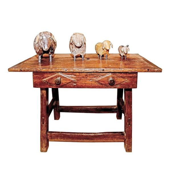 Mesa Antiga com Ornamento em Losango