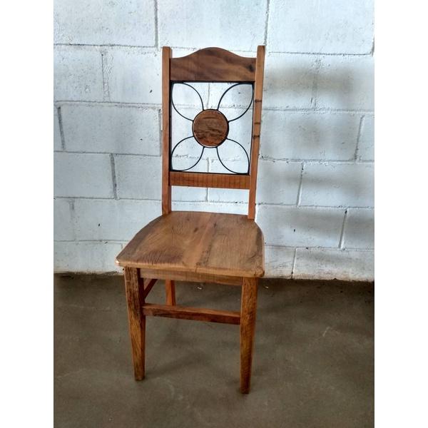 Cadeira com ferragem flor